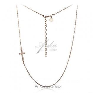 Łańcuszek srebrny pozłacany z krzyżykiem poprzecznym.