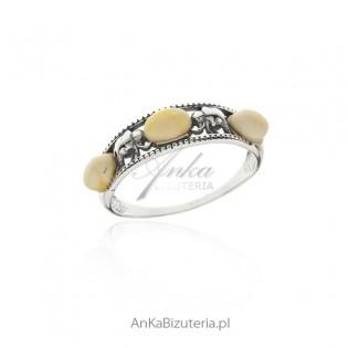 Pierścionek srebrny z białym bursztynem ze Słonikami