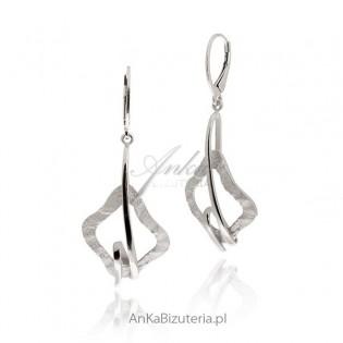 Długie kolczyki srebrne na angielskim biglu , rodowane i diamentowane