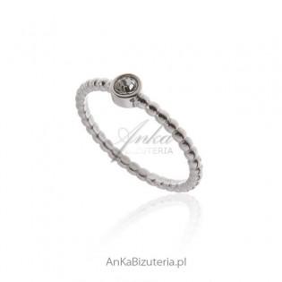 Pierścionek srebrny z białą cyrkonią