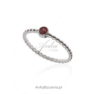 Pierścionek srebrny z czerwoną cyrkonią