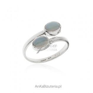 Pierścionek srebrny z błękitnym opalem