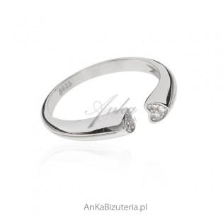 Oryginalny pierścionek srebrny z cyrkoniami w serduszkach