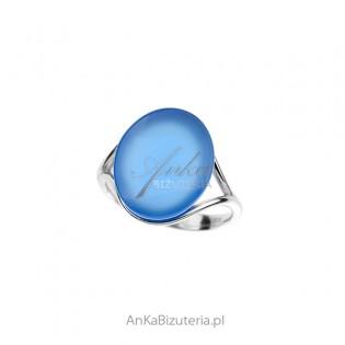 Pierścionek srebrny z niebieskim agatem