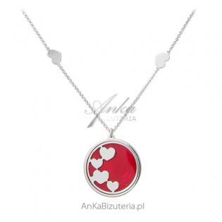 Srebrny naszyjnik na czerwonej masie perłowej z serduszkami