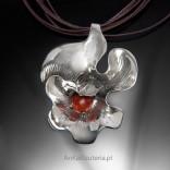Silberanhänger mit Korallenblume.