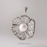 Silberhalskette Markazty mit einer Perle. Blume