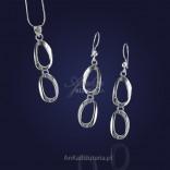 Set aus Silber. Ohrringe und Anhänger hängen ovale Kreise.