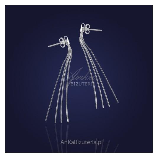 Srebrne kolczyki z czterech łańcuszków.