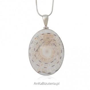 Biżuteria na prezent - wisiorek srebrny z białą muszlą